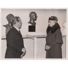 Keystone [képügynökség]: Mária (1867-1953) angol királyné meglátogatja Kisfaludy-Strobl Zsigmond (1884-1975) szobrászművész londoni kiállítását
