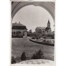 Magyar Film Iroda: Kenderes, katolikus templom, balra a Horthy villa részlete